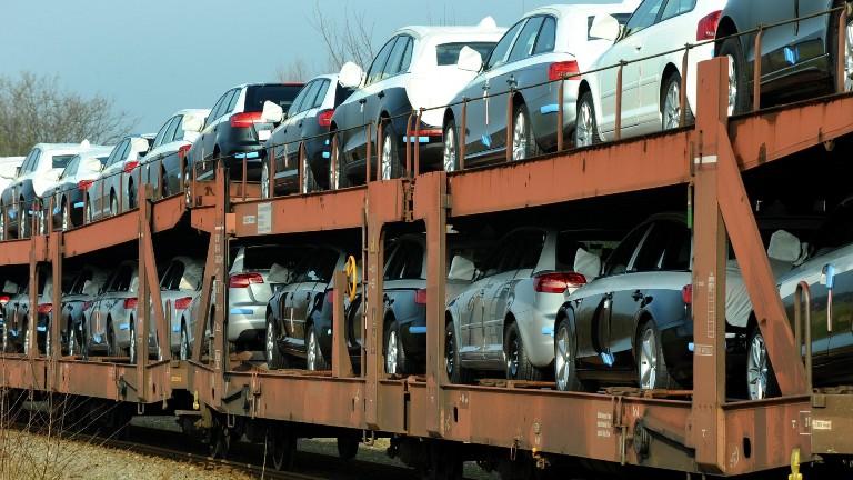 splinternieuwe auto's op trein
